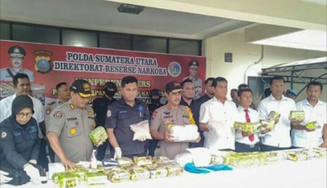 Kapoldasu Irjen Pol Agus Andrianto dalam temu pers penangkapan kurir sabu 55 kg.