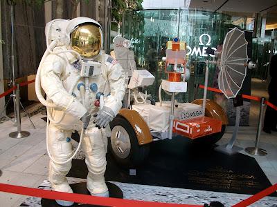 宇宙飛行士と月面探索車前面