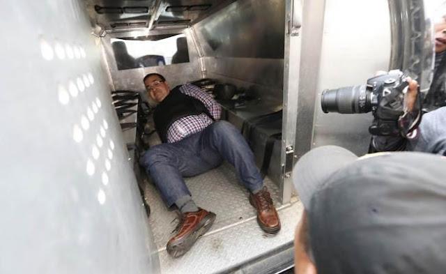 Javier Duarte se cayó en la camioneta con jaula en Guatemala que lo llevaba al juzgado, quedando en una posición bastante hilarante.