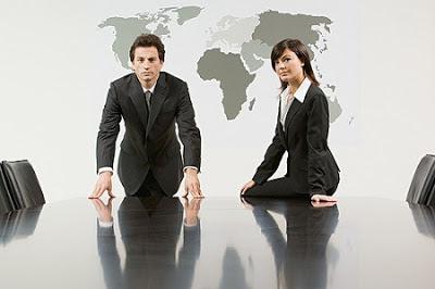 Dos ejecutivos que dominan varios idiomas