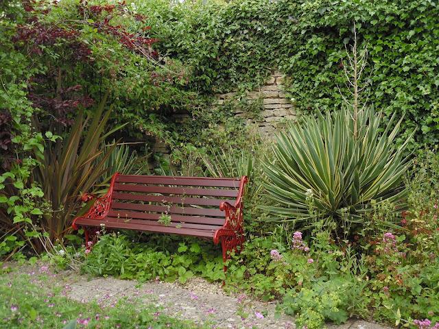 ławka drewniana w Mill Dene