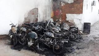 Motocicletas destruídos por incêndio