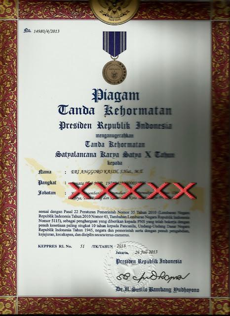 Tanda Kehormatan Satyalancana Karya Satya X Tahun dari Presiden Republik Indonesia.