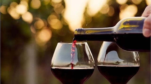 Garrafa e taças de vinhos