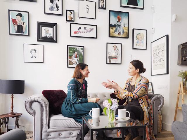 La escritora Laura Riñón entrevistada en el sofá de su librería