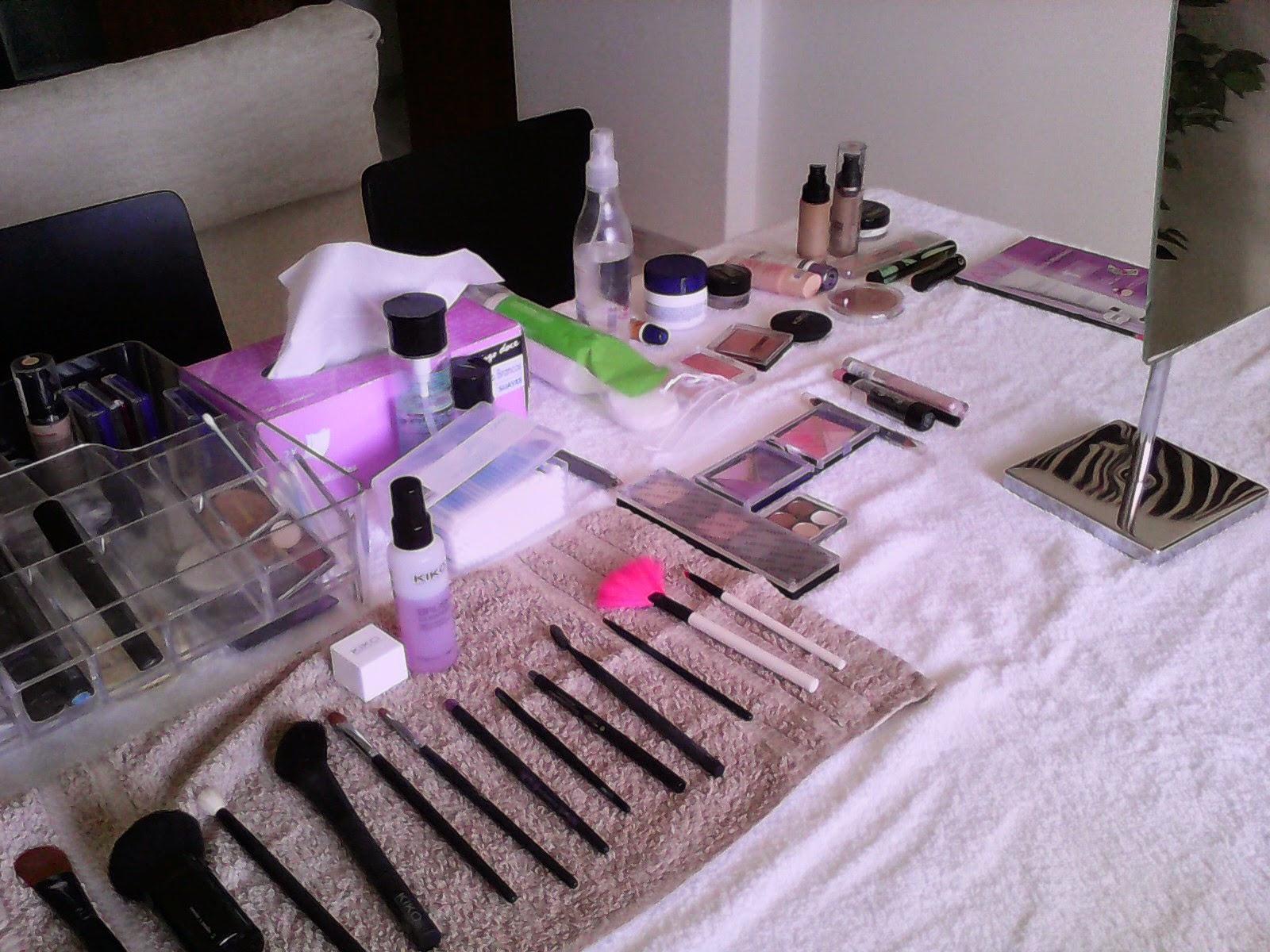 Mesa com produtos de maquilhagem para a aula particular