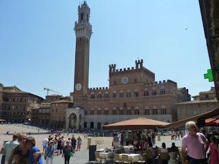 Siena, Plaza o Piazza del Campo. Palacio Público o Palazzo Pubblico.