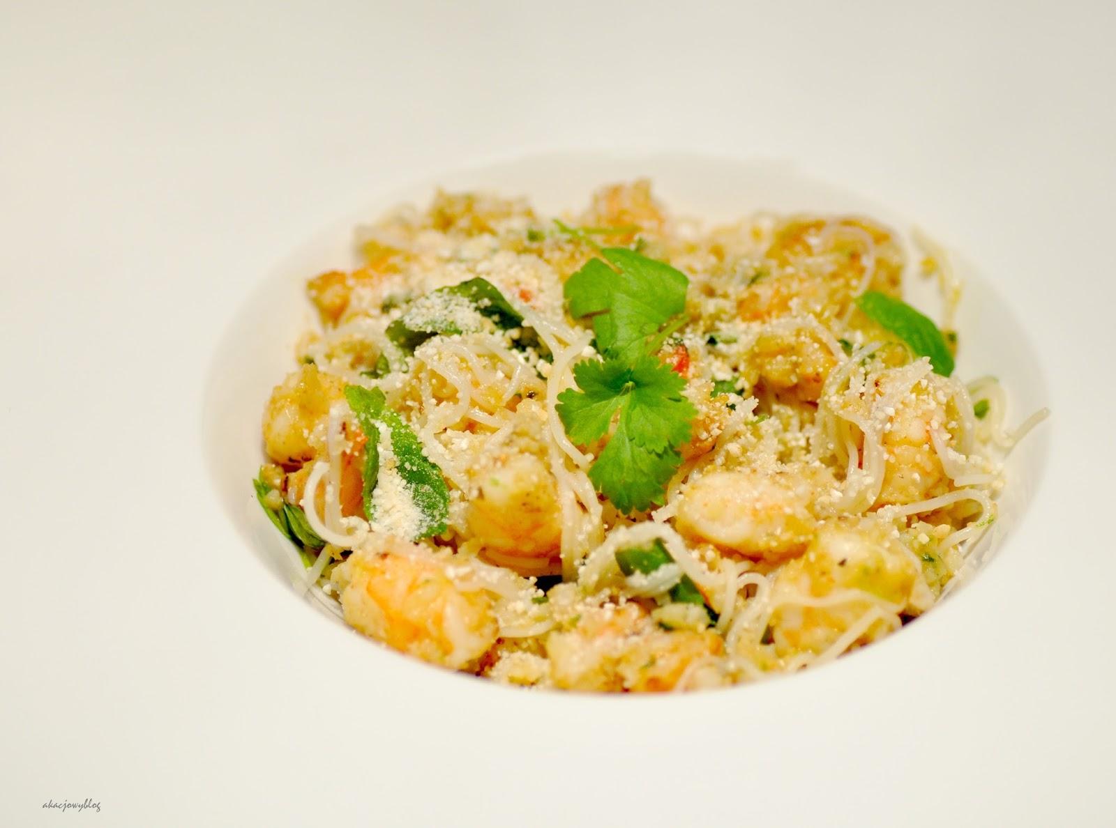 Sałatka z makaronem ryżowym, krewetkami oraz proszkiem z pieczonego ryżu.