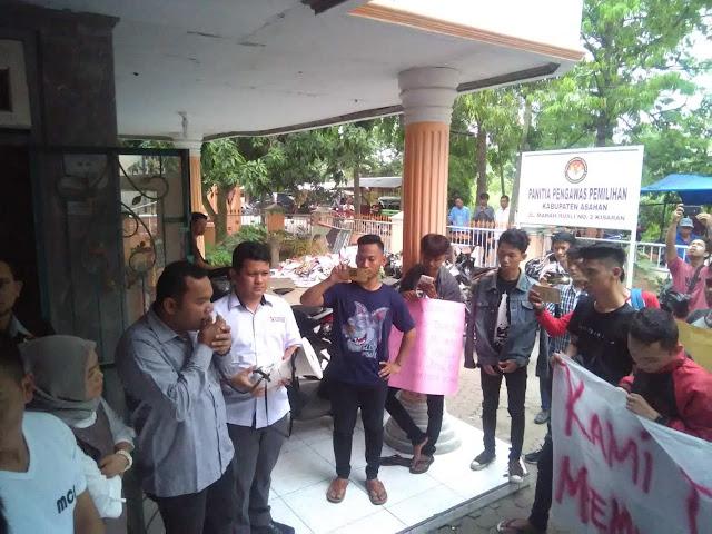 Ketua Panwas Aaahan menerima kedatangan warga yang berunjukrasa.