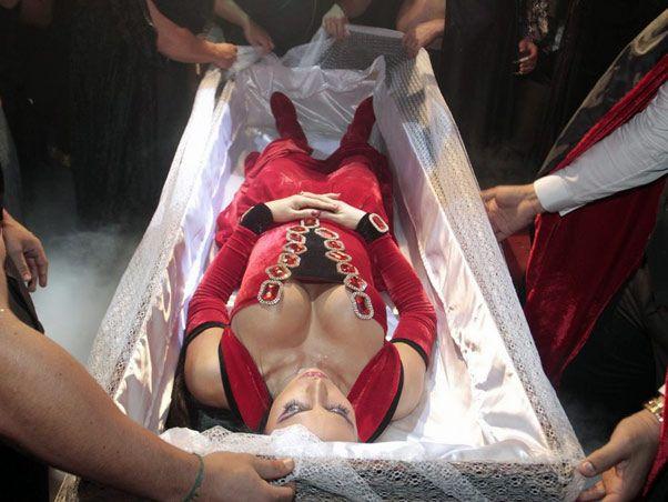 Fantasia para halloween o que não fazer, Gracyanne Barbosa em um caixão