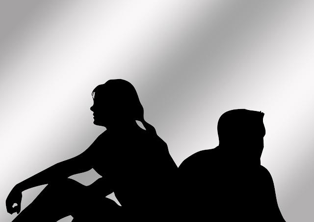 Sombra de casal sentado de costas um para o outro