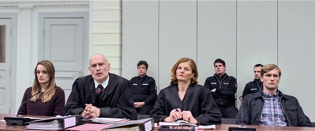 Le couple nazi (à gauche et à droite) joué par Hanna Hilsdorf et Ulrich Brandhoff dans In the Fade
