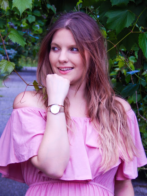 2 długa sukienka maxi hiszpanka wakacyjna stylizacja sandały z pomponami kolorowymi złoty zegarek daniel wellington bransoletka hiszpanka z falbaną kolorowe sandałki