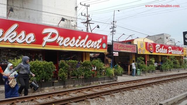 nikmatnya makan bakso president malang di tepi kereta api nurul sufitri blogger traveling culinary