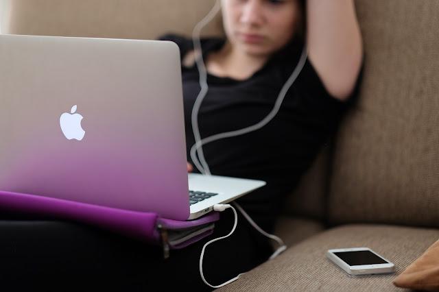 Ordenador y móvil siempre a mano para acceder a las redes sociales