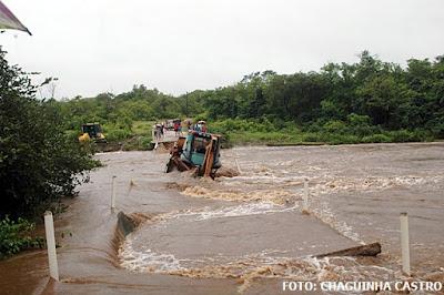 Resultado de imagem para Passagem molhada de Cariré desmorona por causa do peso de caminhão com retroescavadeira