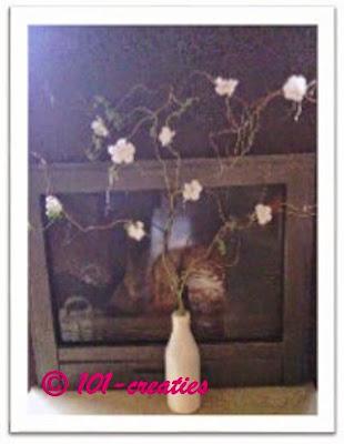 Gehaakte bloemen in takken