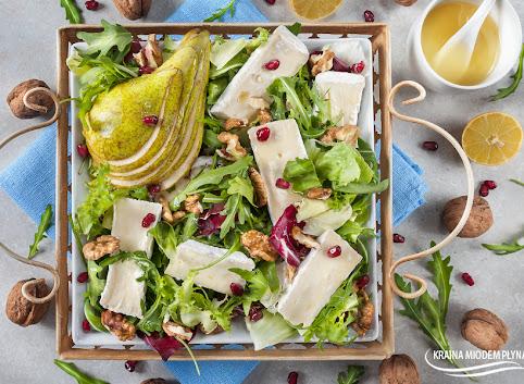 Sałatka z gruszką, camembertem i orzechami w miodowym dressingu