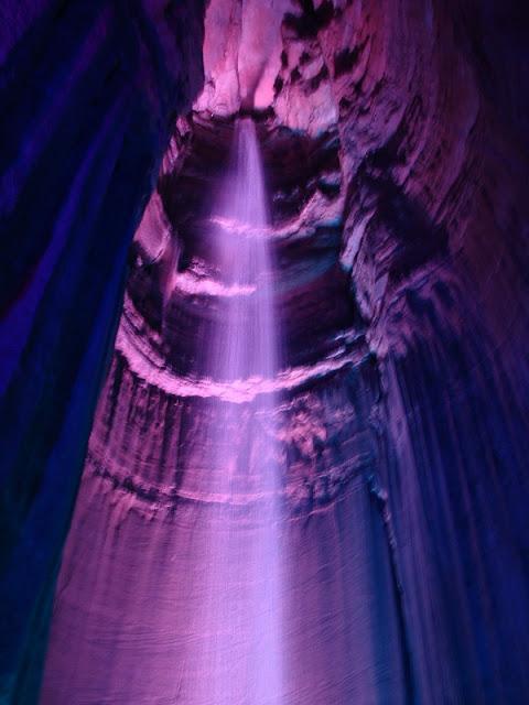 Der unterirdische Wasserfall in Ruby Falls im magischen violetten Lich