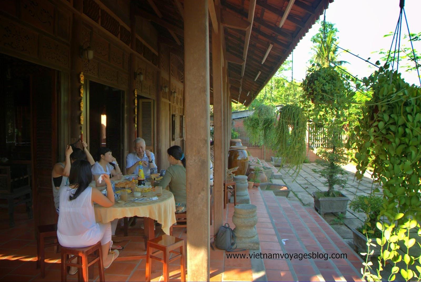Bữa sáng được phục vụ ngay trước thềm nhà