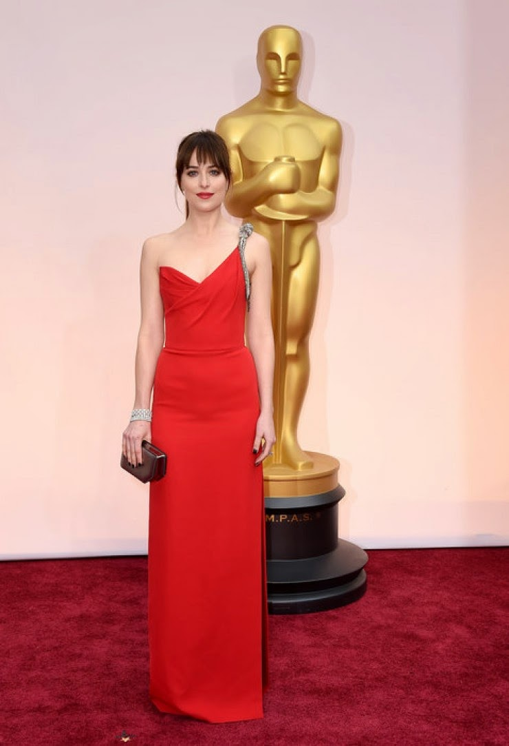 dakota johnson oscar kirmizi hali