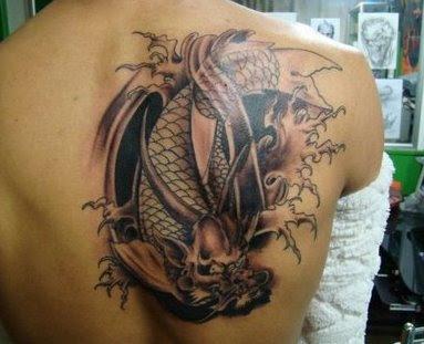 foto tatto naga di punggung berwarna hitam dengan desain keren 9