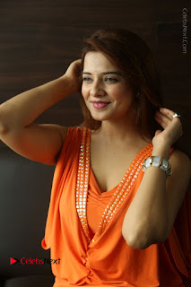 Actress Saloni Aswani Pos in Short Dress at Meelo Evaru Koteeswarudu Movie Interview  0087.JPG