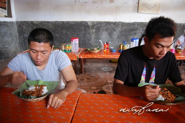Para pelanggan sedang menikmati nasi balap puyung inaq esun