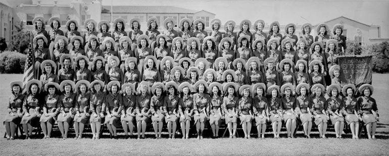 Photographie panoramique de jeunes filles de la Jefferson High School prise par Eugene O. Goldbeck en 1946