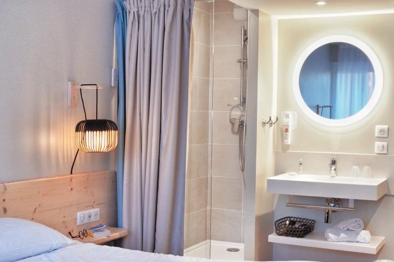 Salle de bain de l'hôtel Ibis Hyères Plage