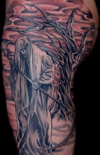 Um Grim Reaper tatuagem no corpo inteiro. O Grim Reaper é visto ser uma forma de uma árvore morta