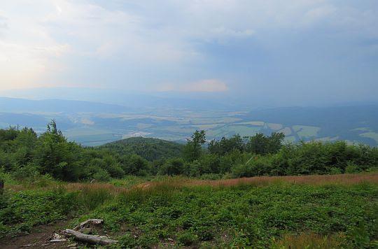 Widok na południe z polany pod wierzchołkiem.