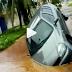 """""""A Cidade de Açúcar """": carro cai em pista que cedeu após rompimento de tubulação da Caem na Rua Monte Sinai em Cidade Jardim."""