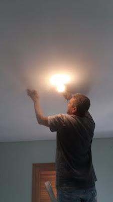 Lixamento de tetos com lâmpada