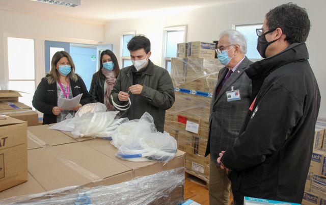 Estudiantes universitarios donan escudos faciales al Servicio de Salud Del Reloncaví