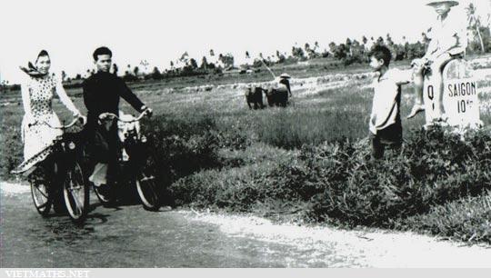 thanh nien di chiec xe VeloSoleX tren duong de truoc 1975