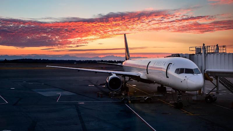 Passenger Aircraft on SEATAC International Airport HD
