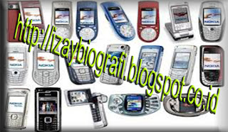 Sejarah Handphone   1984: Teknologi seluler masuk ke Indonesia untuk pertama kali di tahun ini dengan berbasis teknologi Nordic Mobile Telephone (NMT).  1985-1992: Dalam periode ini ponsel yang beredar di Indonesia tidak bisa dimasukkan ke saku baju atau celana karena bentuknya besar dan panjang, dengan rata-rata 430 gram (hampir setengah kg). Harga ponselnya tidak murah dan rata-rata diatas Rp 10 juta per unit.  Saat ini baru dikenal dua teknologi seluler yakni NMT-470-modifikasi NMT-450-dioperasikan PT Rajasa Hazanah Perkasa. Sedangka karta dan sekitarnya. Saat itu terjadi perubahan besar pada perilaku konsumen dapat bergonta-ganti ponsel dengan nomor yang sama, karena GSM menggunakan kartu SIM.Teknologiny