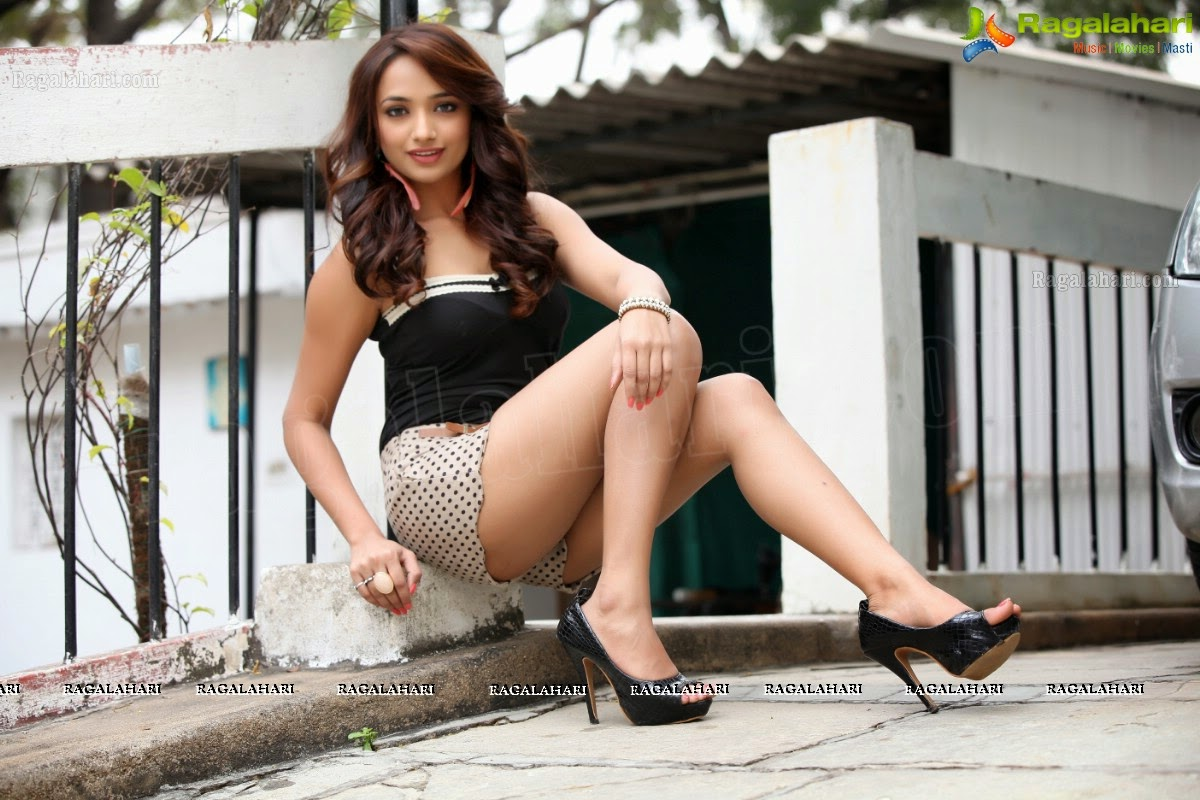 jiya hot photos in tiny shorts