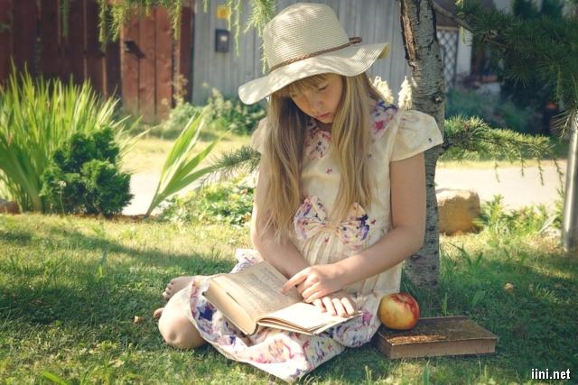 ảnh bé gái đang chăm chú đọc sách