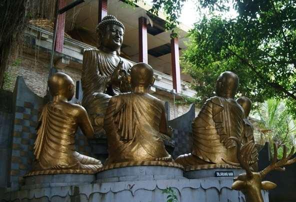 Gambar Patung Buddha Gautama sedang duduk didepan muridnya
