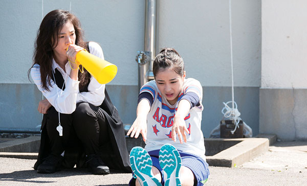 Kaoruko Saotome (Yuki Amami) and Hikari (Suzu Hirose) during a training sequence in LET'S GO, JETS! (2017)