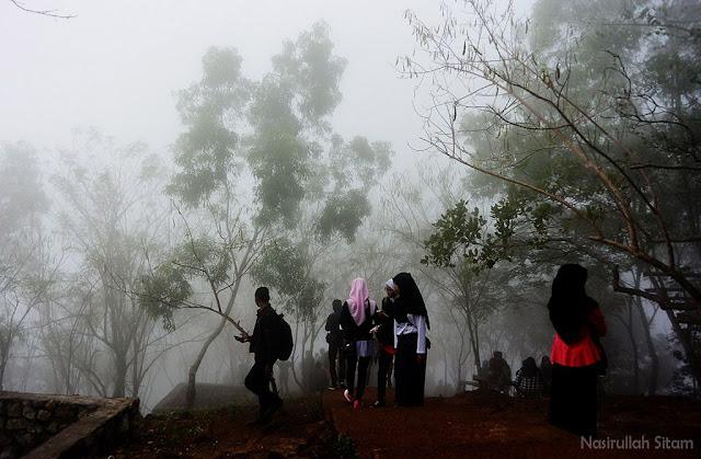 Kabut menyapaku di jalan menuju Gardu Pandang Mangunan