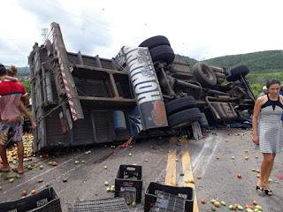 Em Campo Redondo RN, caminhão carregado com tomates tomba e motorista morre preso às ferragens