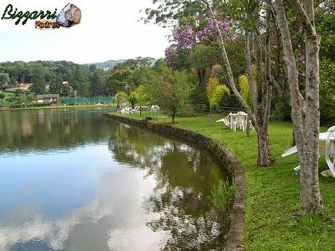 Detalhe dessa parte da construção do lago, as bordas com a execução dos muros de pedra com execução do paisagismo.