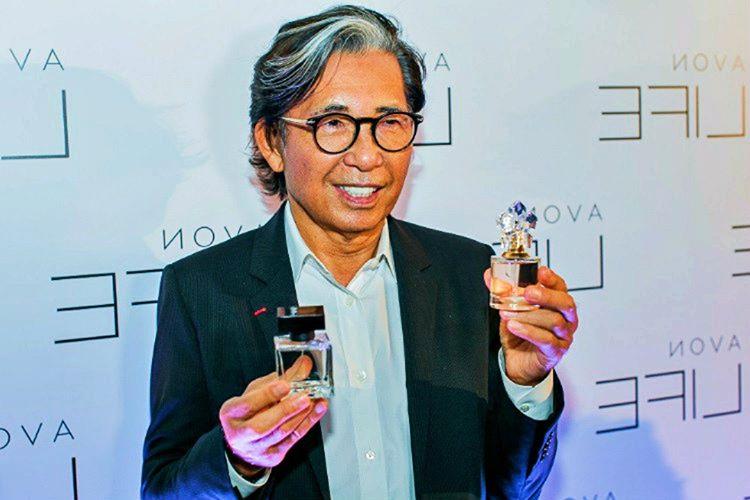Kenzo Takada, 31 yaşına girdiğinde ilk tasarımlarını Vivienne Gallery'de sergilemişti.