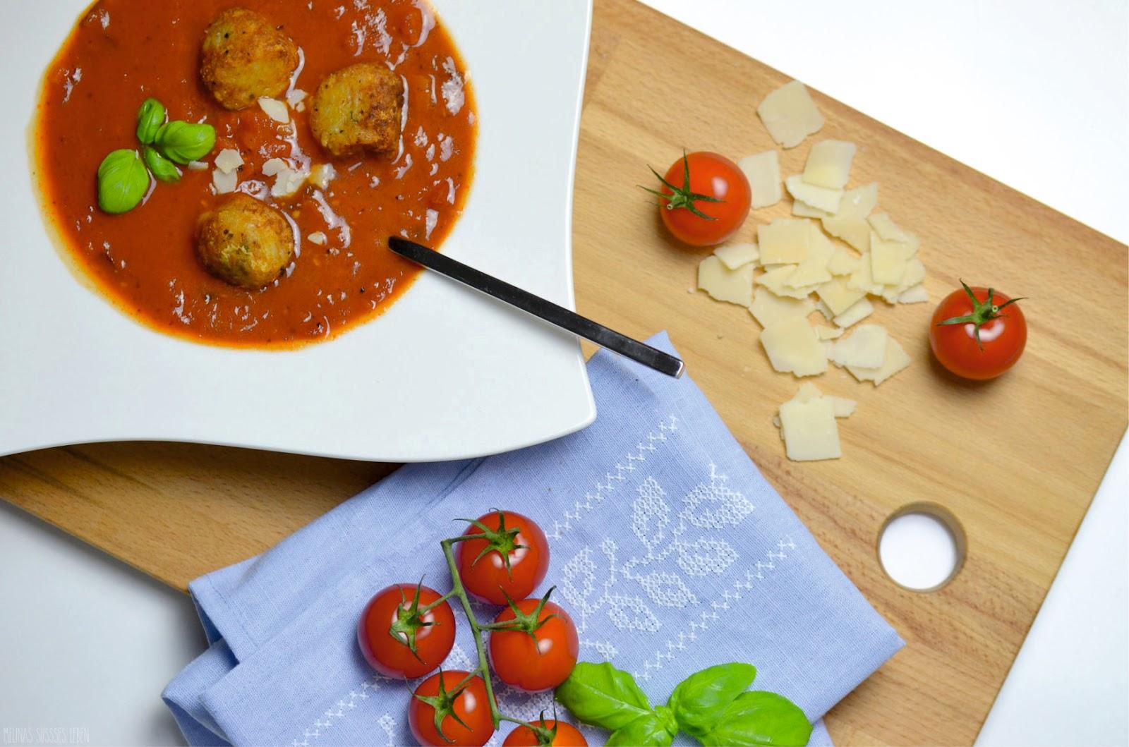 melina 39 s s es leben tomatensuppe mit knusprigen k seb llchen. Black Bedroom Furniture Sets. Home Design Ideas