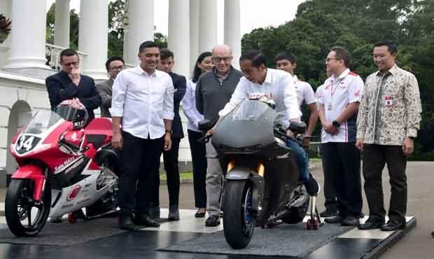 Presiden Joko Widodo saat bertemu dengan CEO Dorna Sport, Carmelo Ezpeleta, di Istana Kepresidenan Bogor, Jawa Barat, Senin (11/3/2019).