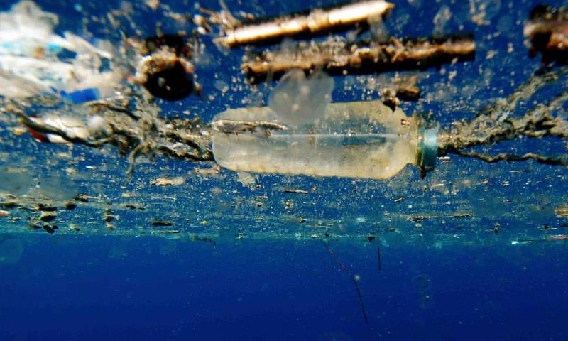 Garrafa de plástico no oceano
