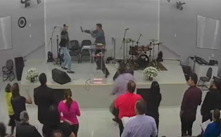 Homem tenta esfaquear pastor durante culto transmitido ao vivo no Facebook; veja vídeo